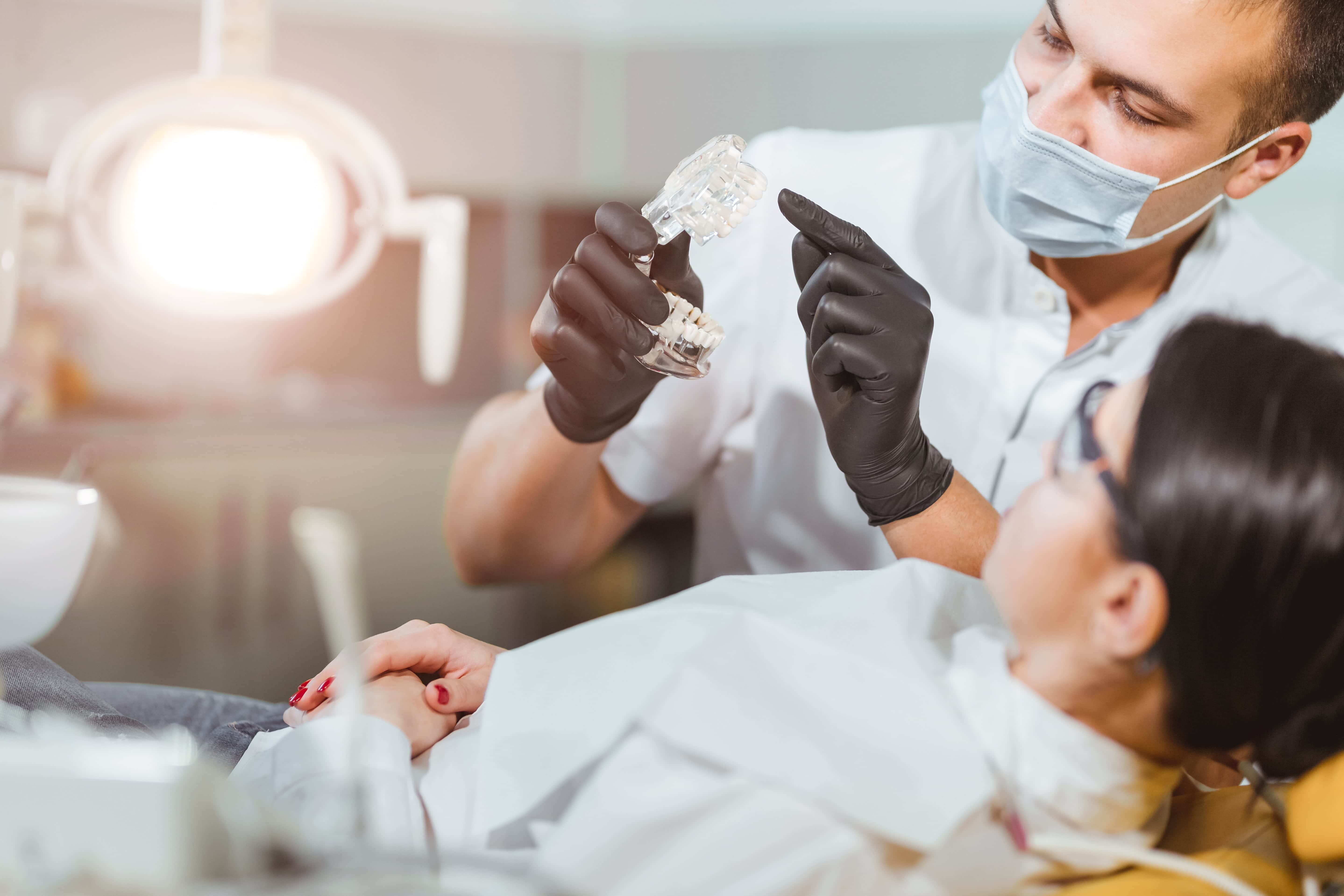 Förklarar tandhygienist
