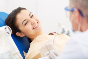 Tandläkare förklara om tandinfektion